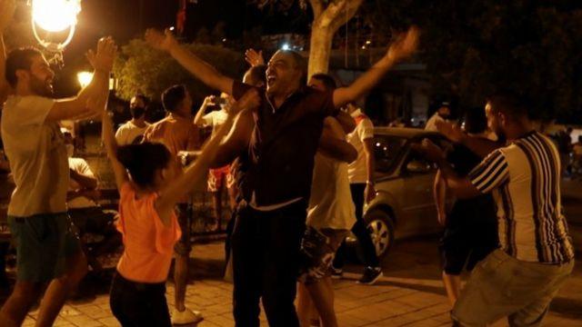 Kararın ardından sokaklarda toplanıp sevinç gösterileri düzenleyenler oldu