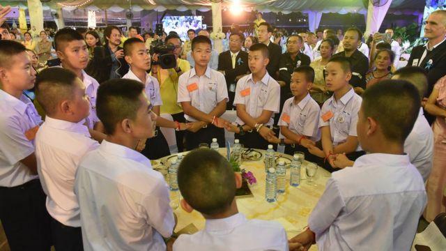 เด็ก ๆ ทีมหมูป่าร่วมงานเลี้ยง ณ พระราชวังดุสิต