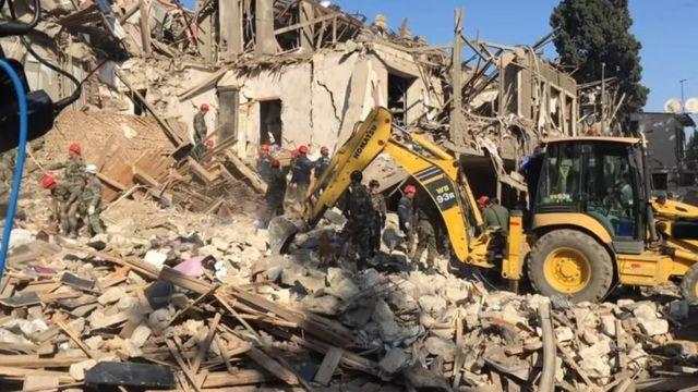 Гянджа: руины, спасатели, экскаватор.