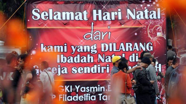 Spanduk Hari Raya Natal di depan Istana Negara dari jemaat gereja GKI Yasmin, 25 Desember 2012