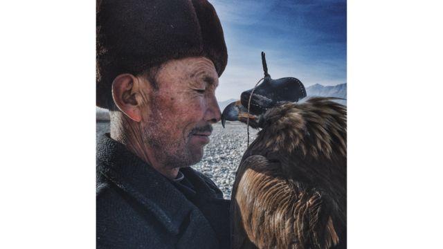 El hombre y el águila, fotografía de Siyuan Niu