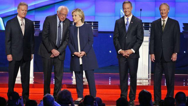 民主党討論会に出席した左からジム・ウェブ、バーニー・サンダース、ヒラリー・クリントン、マーティン・オマリー、リンカーン・チェイフィー各氏(13日、米ネバダ州)