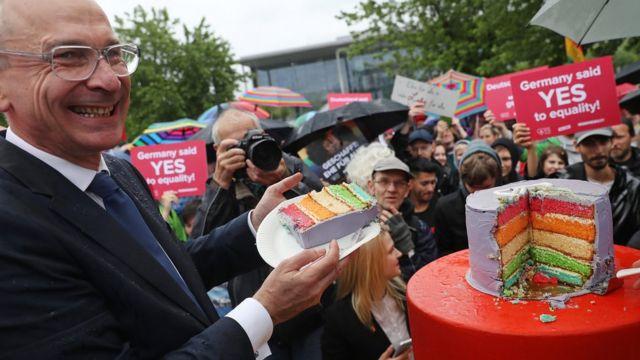 Volker Beck del Partido Verde posa con simpatizantes que celebran en Berlín la legalización de la unión entre personas del mismo sexo el 30 de junio de 2017