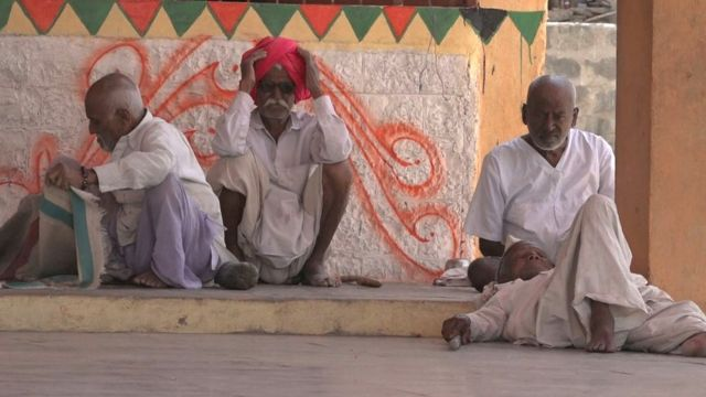 गावांमध्ये दिसतात ते वयोवृद्ध मंडळी