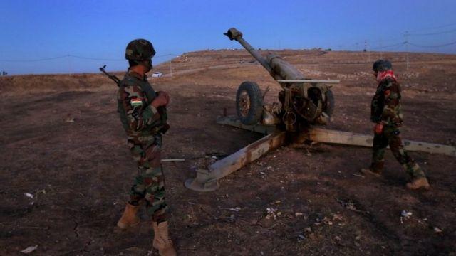 Abarwanyi b'aba Kurde ba Peshmerga bafite ibirindiro mu burasirazuba bwa Mosul, ku ya 17/10/2016.