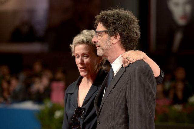 """Актриса Фрэнсис Макдорманд и режиссер Джоэл Коэн женаты с 1984 года. Макдорманд - талисман творческого союза братьев Коэнов. Она снялась в восьми их фильмах. """"Макбет"""", в котором она играет роль Леди Макбет, - девятый."""