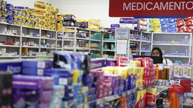 """Foto de uma farmácia com placa """"medicamentos"""""""