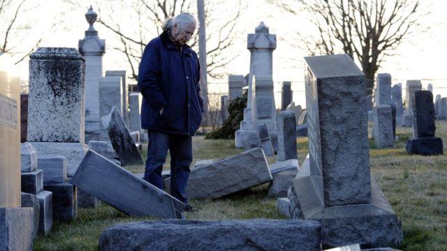 На оскверненном кладбище