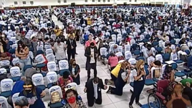 Cultos, como este feito na páscoa na Igreja Mundial do Poder de Deus, formam grandes aglomerações