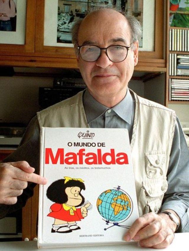 Quino con un libro e Mafalda.