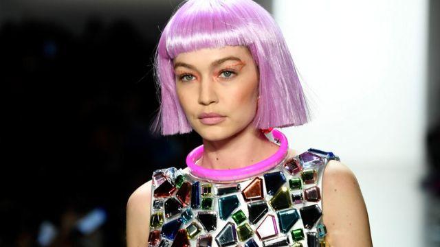Gigi Hadid con una peluca rosada