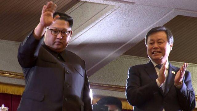 Kim Jong-un saluda