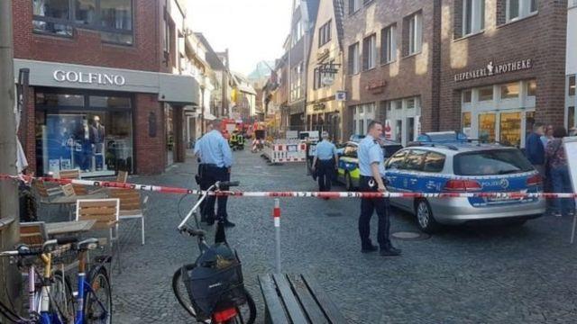 ตำรวจเข้าปิดพื้นที่เกิดเหตุ ซึ่งเป็นย่านถนนคนเดิน