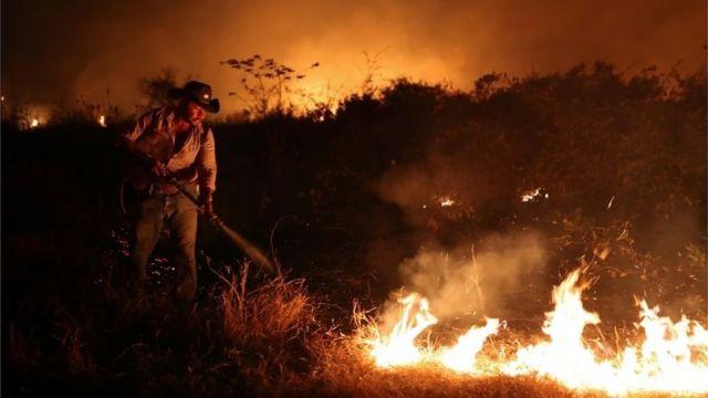 Homem combate incêndio em setembro de 2020 no Pantanal