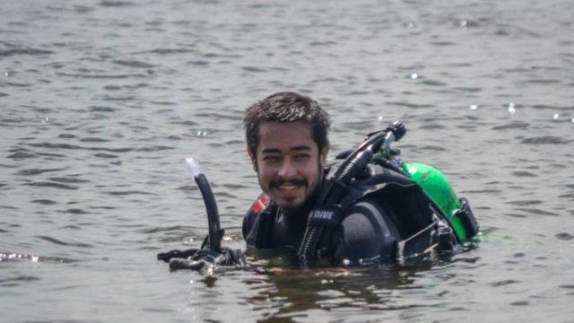 Guiga mergulhando em 2013, no Rio de Janeiro, numa operação de limpeza subaquática para retirar lixo marinho e resgatar pequenos animais
