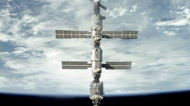 Estação Espacial Internacional com a Terra ao fundo