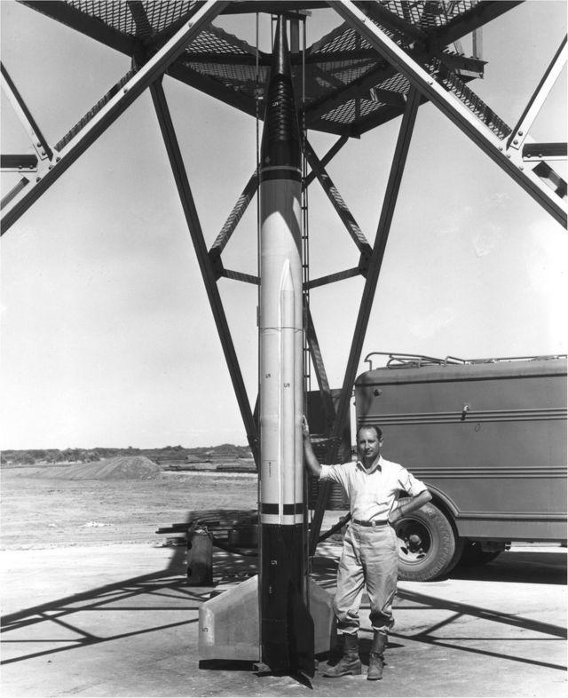 Frank Malina White Sands Füze Atış Alanı'nda bir füzeyle