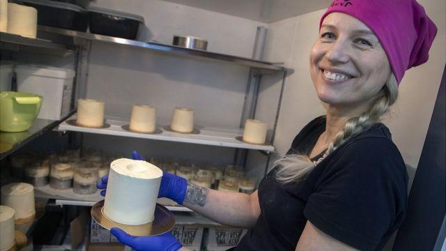 Finlandiya'da bir pastane, ülkede en çok talep gösterilen ürünlerden tuvalet kağıdı şeklinde pasta yaptı