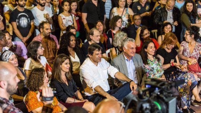 Fernando Haddad ao lado de sua mulher Ana Estela durante sabatina na praça Roosevelt
