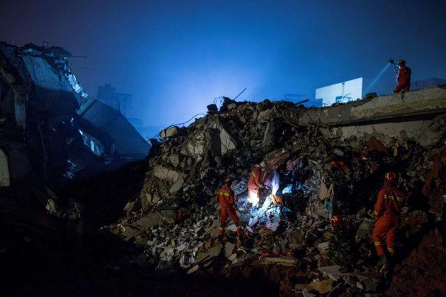 捜索・救出作業は夜通し続いた