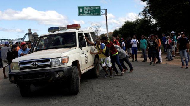 Una ambulancia en la escena donde ocurrió el enfrentamiento.