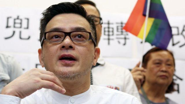 香港大爱同盟创始成员黄耀明在香港立法会大楼出席LGBT群体评论政治改革活动(18/5/2015)
