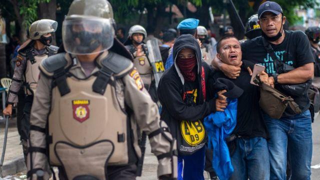 unjuk rasa menolak UU Cipta Kerja di depan Kantor DPRD Sulawesi Tengah di Palu