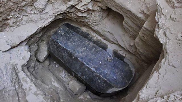 Cette photo transmise par le ministère égyptien des antiquités révèle un sarcophage de 30 tonnes, 265 cm de long, 185 cm de hauteur et 165 cm de largeur a été retrouvé à 5 mètres sous terre.