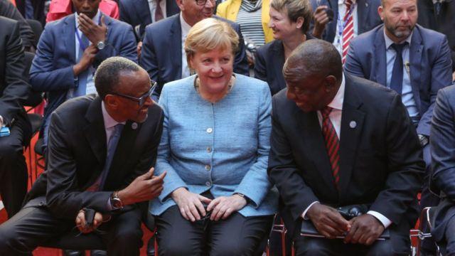 德國總理默克爾(中間)於2017年發起《非洲契約》,幫助鼓勵對非洲的私人投資。