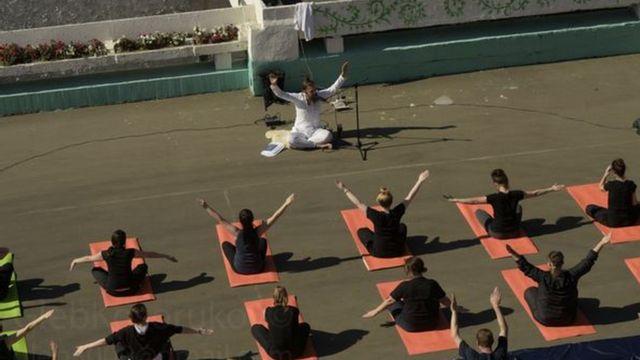 Moscow remand prisoners practice yoga, 2018