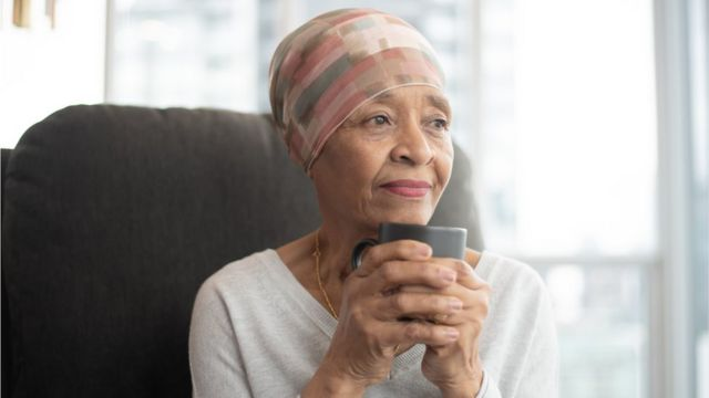 امرأة مسنّة تحتسي قهوتها