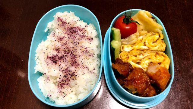 Một hộp cơm bento chị Ikumi chuẩn bị cho con mang tới trường ăn trưa.