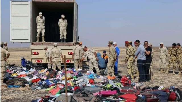 Russian emergency services personnel and Egyptian servicemen working at the crash site (2 November 2015)