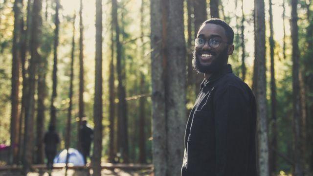 Un hombre en un bosque.