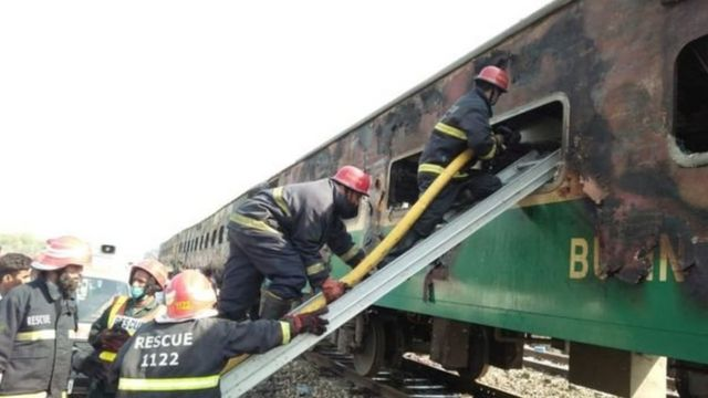 Picha ya mabaki ya treni ilioungua nchini Pakistan