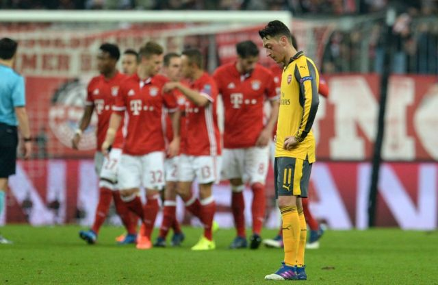 Bayern Münih'in Arsenal'e attığı 5. golün ardından Mesut Özil