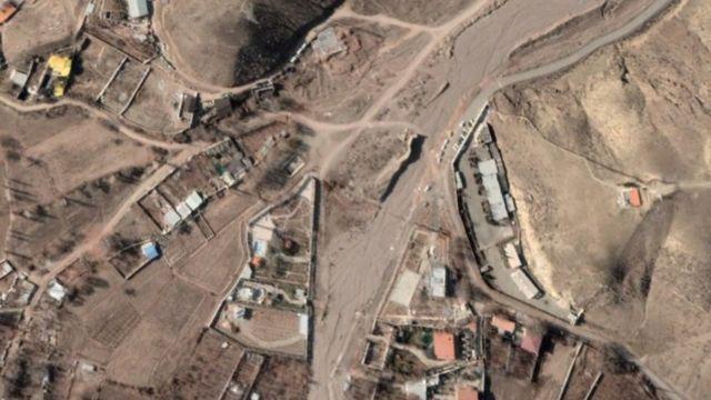 عکس همان محل در دی ماه ۱۳۹۹ تعدادی ماشین احتمالا برای خاک برداری را نشان میدهد