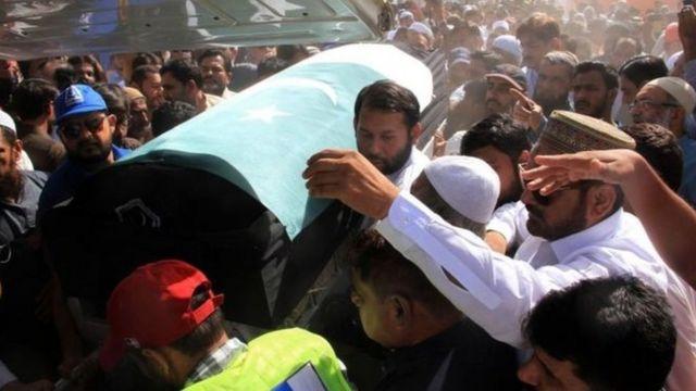 သူ့ရဲ့ခေါင်းတလားကို ပါကစ္စတန်အလံလွှမ်းပြီး ချခဲ့