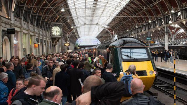 InterCity 125: Hundreds take last HST from London Paddington
