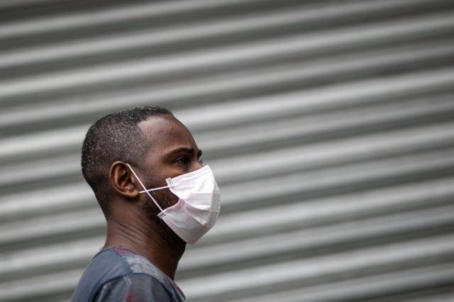 Homem usa máscara no Saara, no Rio de Janeiro, em 24 de março de 2020