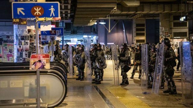 Гонконгская полиция в метро (фото 27 июля)