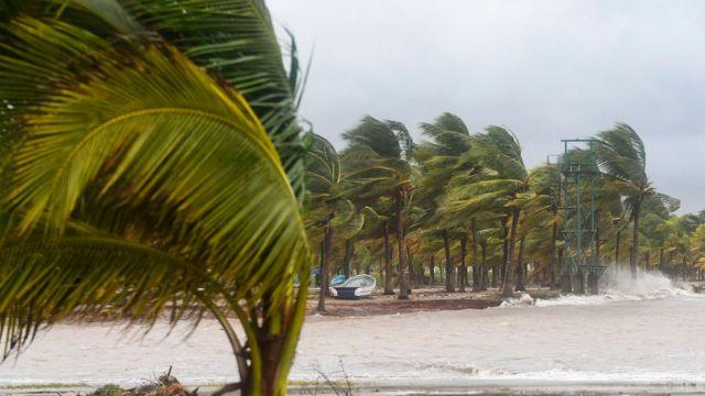 Fuertes vientos en una playa en Honduras durante el huracán Eta en 2020