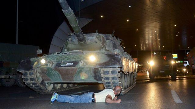 Un hombre se enfrentó solo a un tanque de guerra que intentaba entrar en el aeropuerto de Ataturk en Estambul.