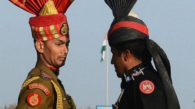 बाघा बॉर्डर पर भारत-पाकिस्तान के जवान