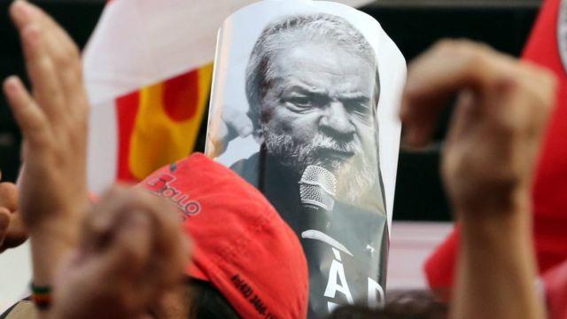 Cartaz de Lula com militantes em Curitiba