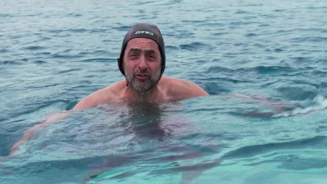 Justin Rowlatt, com equipamentos de natação, na água