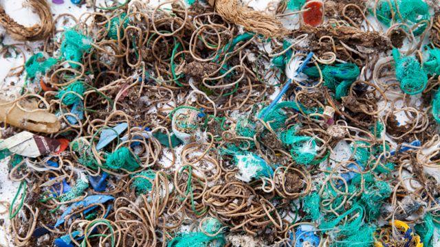 Bandas elásticas y restos de redes de pesca y otros objetos recogidos en la isla Mullion