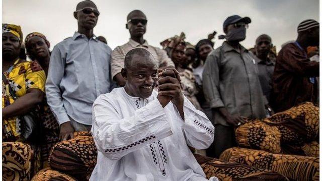 Adama Barrow, le président élu de la Gambie entouré de ses militants (archives)