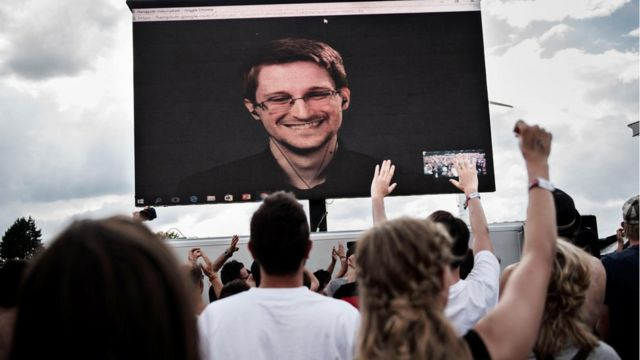 Snowden en una pantalla gigante