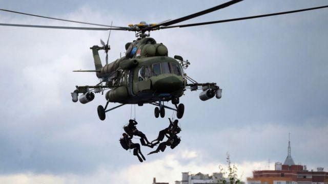 Militares tirándose de un helicóptero